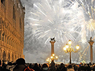 Venice New Years Eve fireworks live